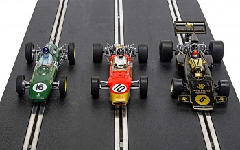 The Genius of Colin Chapman - Lotus GP Triple Pack  - Autíčko Limited Edition SCALEXTRIC C4184A